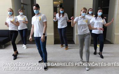"""Nacionalinės Lietuvos bibliotekų savaitės uždarymo proga bibliotekininkai susibūrė vilties šokiui """"Jerusalema"""""""